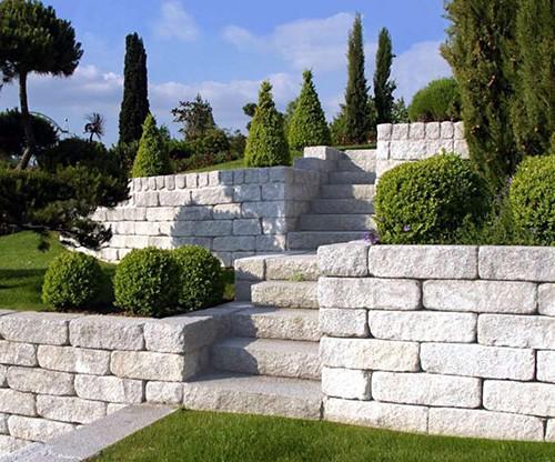 Hangsicherung mit bossierten Mauersteinen