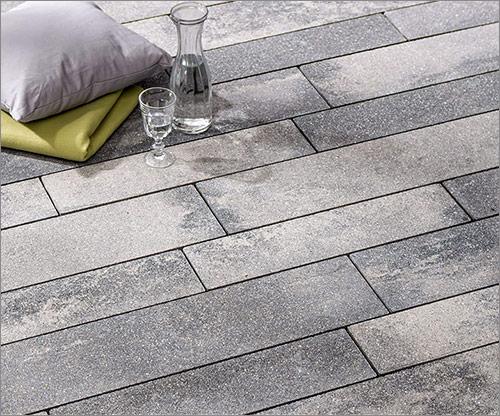 Betonplatten changierend im länglichen Format