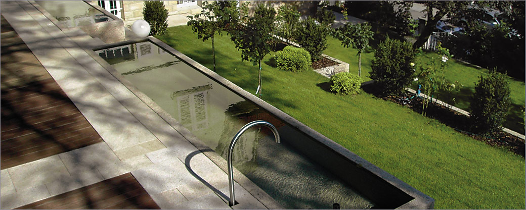 Platten und Wasserbecken aus Naturstein