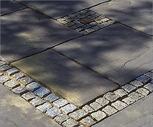 Natursteinpflaster mit Platten kombiniert