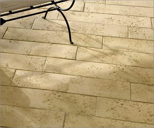 Betonplatten sandsteinfarben, in länglichen Formaten