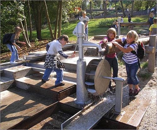 Spielplatzgerät mit Wasser